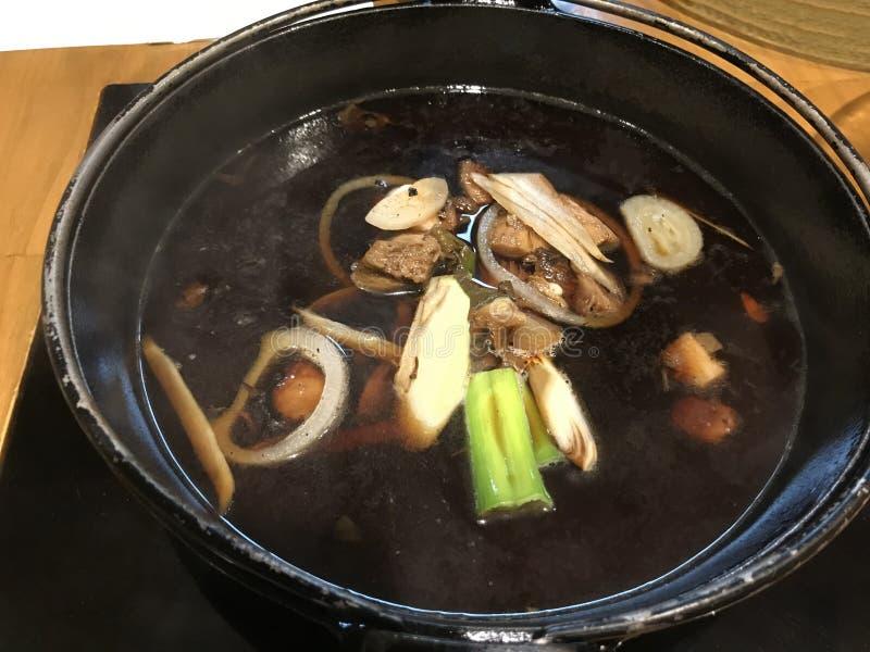 De Voorraad van de voorbereidingssoep voor Traditionele Aziatische Voedsel Japanse nabemono hotpot, shabu-Shabu De voorraad is op royalty-vrije stock foto