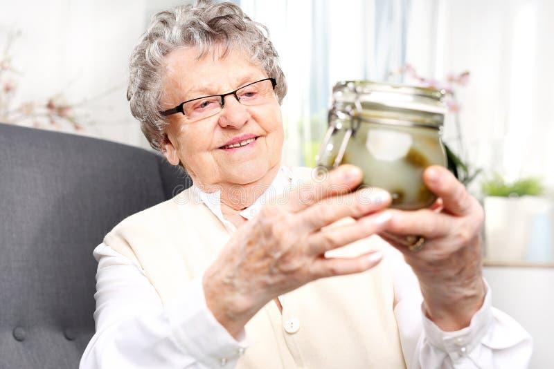 De voorraadkast van de oma, komkommers in een kruik stock afbeelding