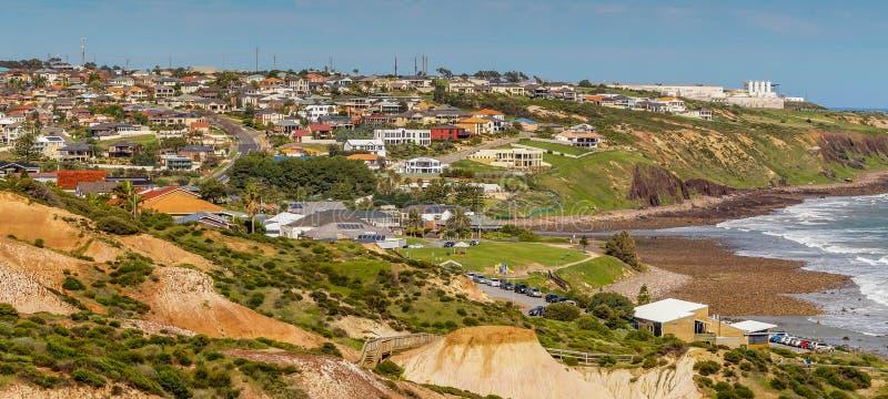 De voorstad van de kuststad met moderne woonhuizen stock fotografie