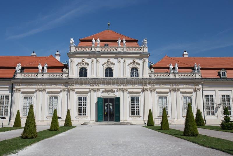 De voorvoorgevel van Lager Belvedere paleis en de tuin bij dag stock afbeelding