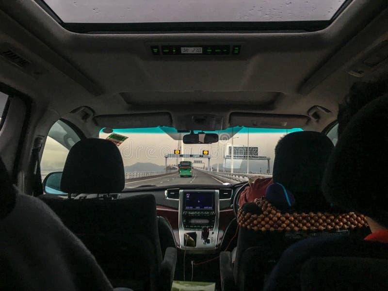 De voorzetel van de auto en de mening van de brug over de overzeese buitenkant keken van de achterbank stock foto's