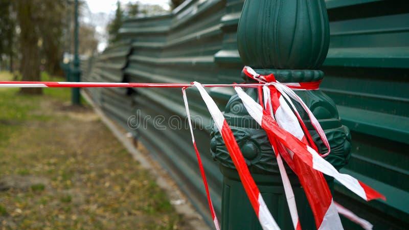 De voorzichtigheidsband waarschuwt van beperkt gebied dichtbij bouwwerf stock afbeeldingen
