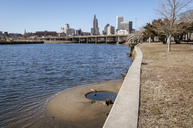 De Voorzienigheidshorizon van de binnenstad van rivier` s rand stock foto