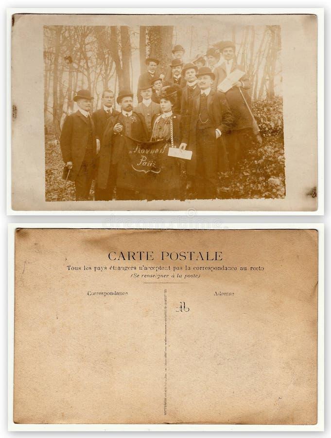 De voorzijde en de rug van uitstekende foto tonen groep mensen - Tsjechische patriotten in Frankrijk Bij de van de frontman en vr royalty-vrije stock foto's