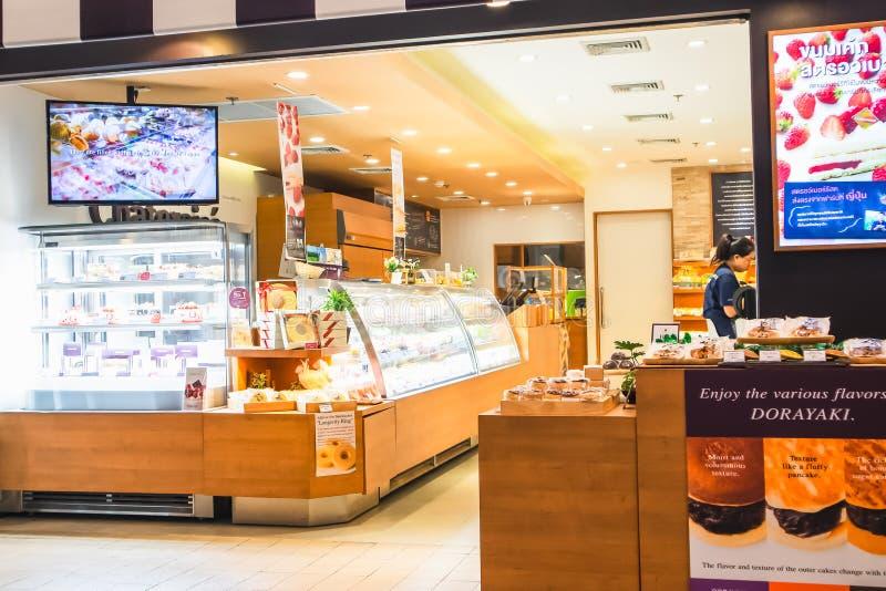 De voorzijde van de bakkerijwinkel in Gatewaywarenhuis bij Sukhumvit-weg Ekamai Bangkok Thailand stock foto's