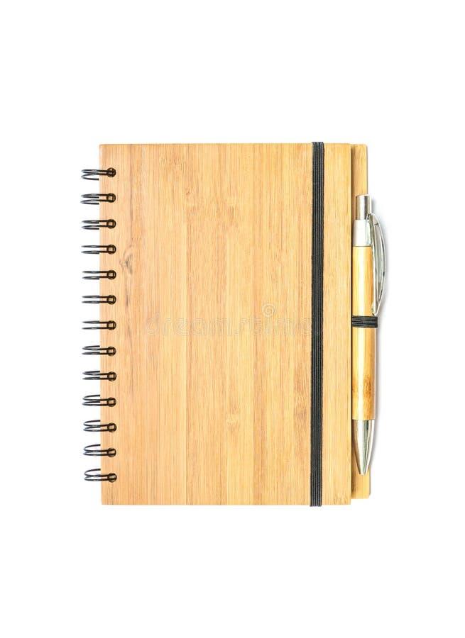 De voorzijde van de close-upoppervlakte van boek van de dekkings het bruine houten nota met bruine die pen op witte achtergrond w royalty-vrije stock afbeelding