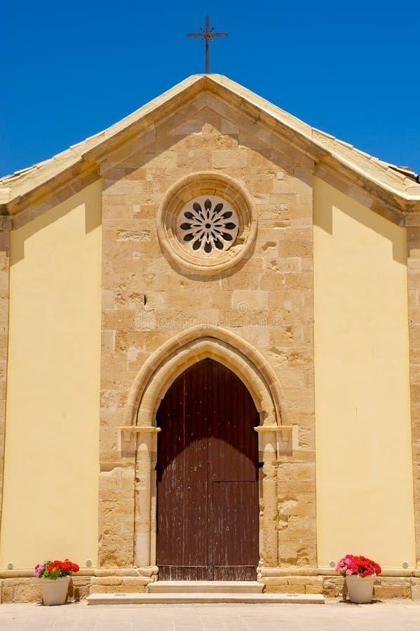 De voorzijde van de kerk in Marzamemi, Sicilië (Italië) stock fotografie