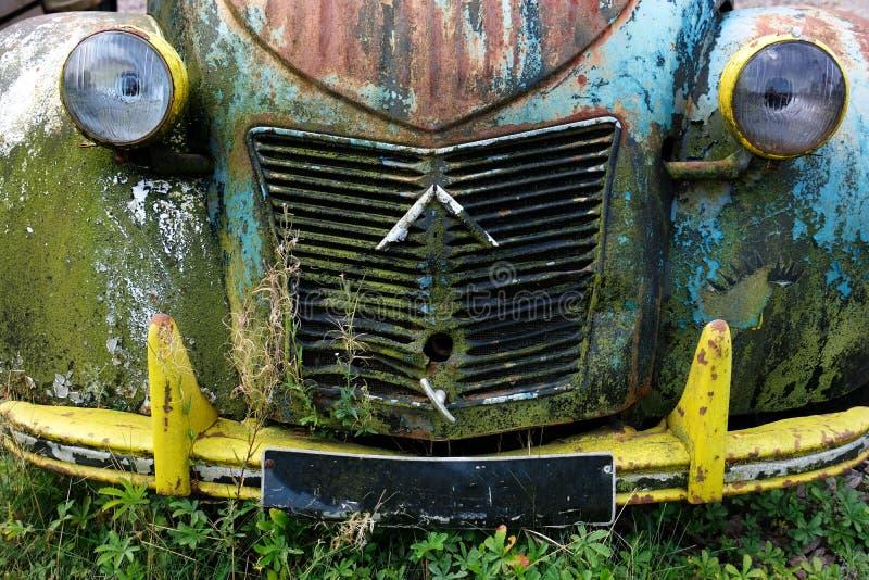 De voorzijde van een uitstekende auto beige blauwe zwarte oude grunge kraste vuile roestige uitstekende geschilderde kleur royalty-vrije stock foto