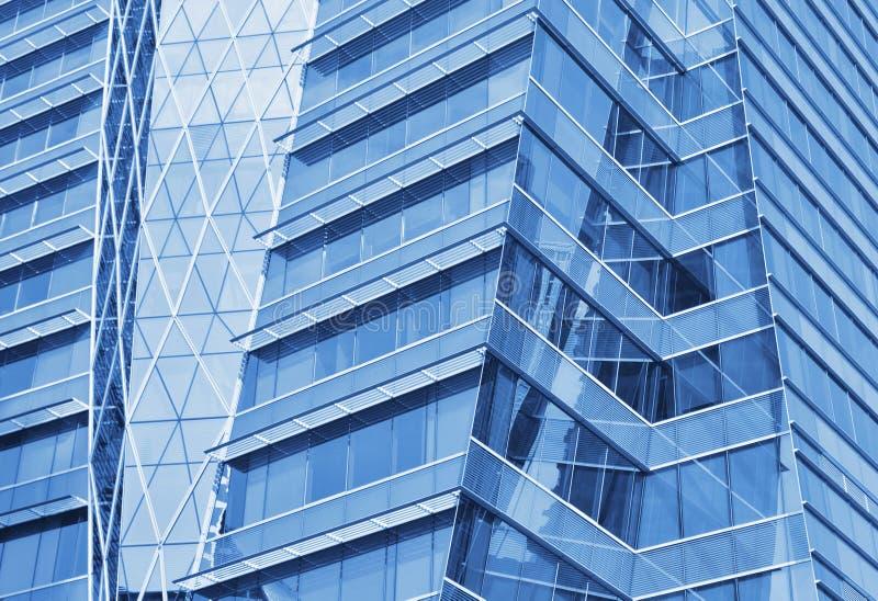 De voorzijde van het glas van een modern bureaugebouw stock afbeeldingen