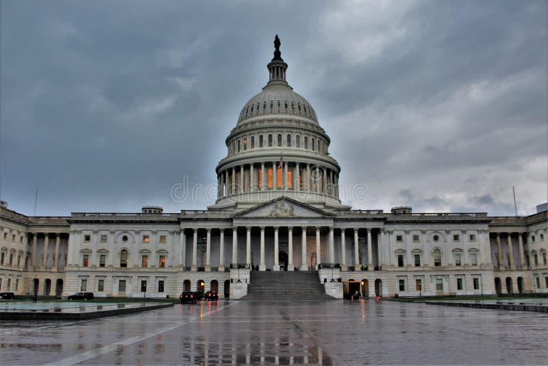 De voorzijde van het oosten van het Capitool van Verenigde Staten op een bewolkte dag royalty-vrije stock afbeelding