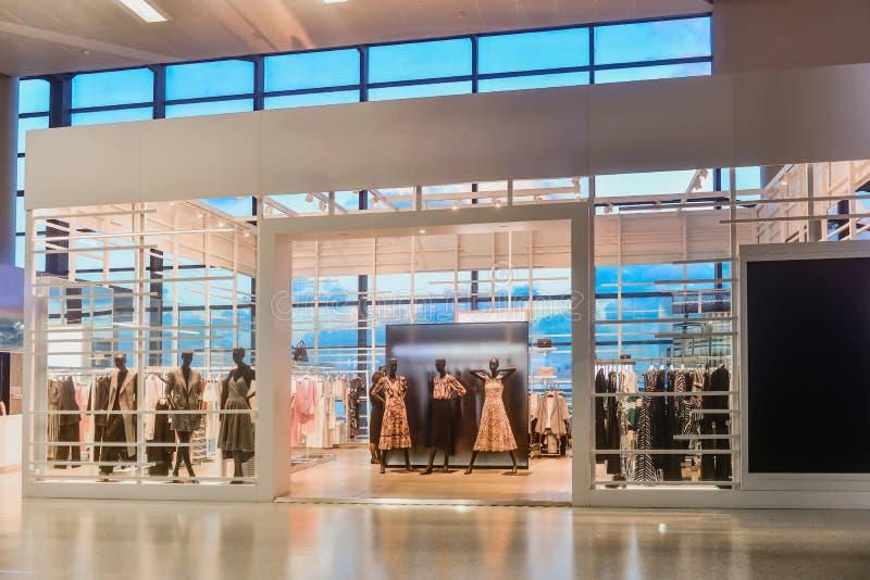 De voorzijde van het de winkelvenster van de vrouwenkleding stock afbeeldingen