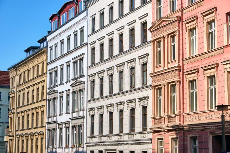 De voorzijden van sommige vernieuwde oude flatgebouwen royalty-vrije stock foto