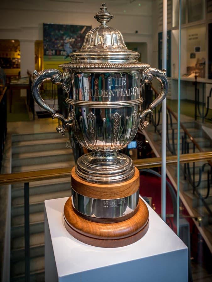 De voorzorgs- Koptrofee hield bij MCC veenmolmuseum bij de Grond van de Lord` s Veenmol in Londen royalty-vrije stock fotografie