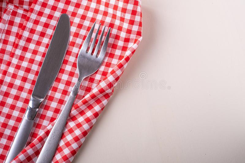 De vork en het mes van de besteklijst op rood tafelkleed, hoogste vlakke mening, leggen royalty-vrije stock afbeelding