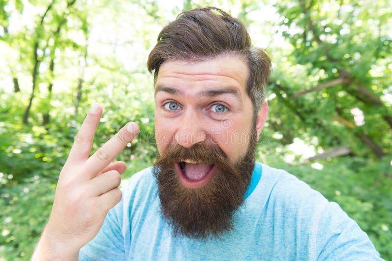 De vorken Mens die V-teken gesturing als belediging Brutale mens die aanvallend gebaar geven Vies mens met lange snor en baard royalty-vrije stock foto
