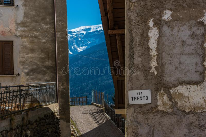De vorm smalle straat van de bergmening tussen oude huizen Trento, Itali?, Europa stock foto