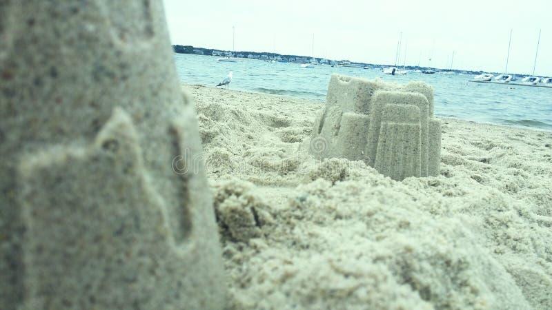 de vorm van het beeldhouwwerkkasteel die met strandzand wordt gemaakt stock foto's
