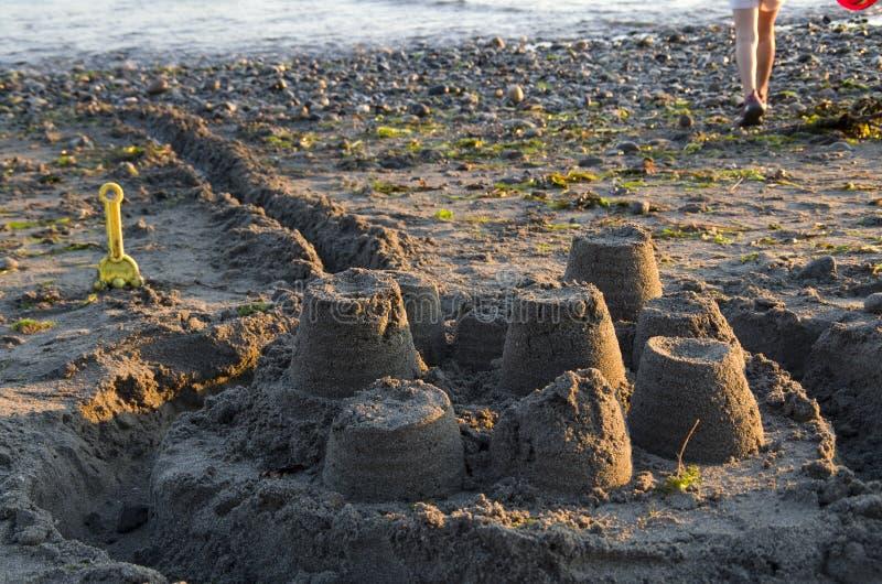 de vorm van het beeldhouwwerkkasteel die met strandzand wordt gemaakt stock afbeelding