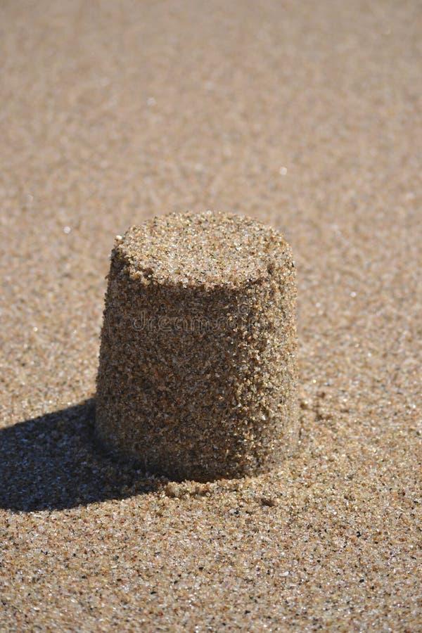de vorm van het beeldhouwwerkkasteel die met strandzand wordt gemaakt royalty-vrije stock fotografie