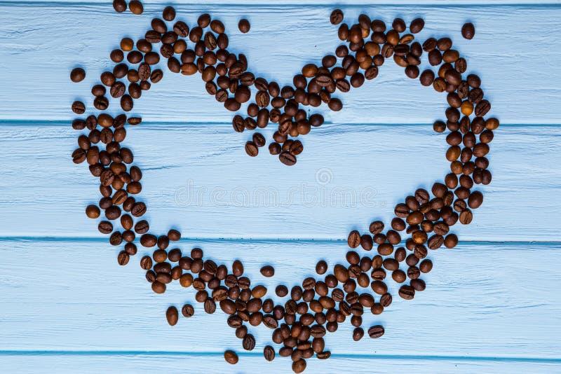 De vorm van het liefdehart van koffiebonen stock afbeelding