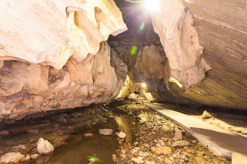 de vorm van de stalactietstalactiet mooi binnen het hol stock fotografie