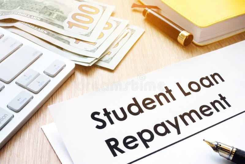 De vorm van studentenloan repayment op een bureau stock foto's