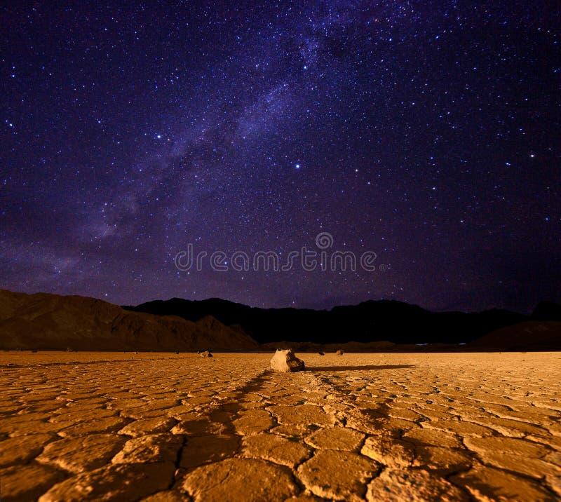 De Vorming van de melkweg in de Vallei Californië van de Dood stock afbeelding