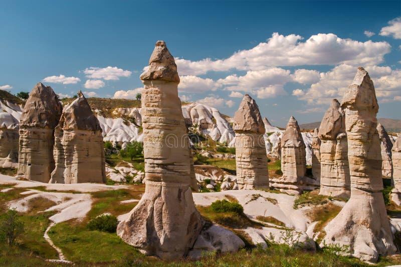 De vormingen van het zandsteen in Cappadocia, Turkije Mening van de vallei dichtbij Goreme stock afbeeldingen