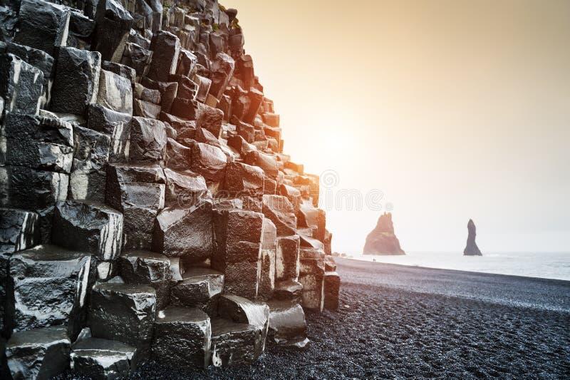 De vormingen van de Reynisdrangarrots op Reynisfjara-Strand in IJsland royalty-vrije stock fotografie