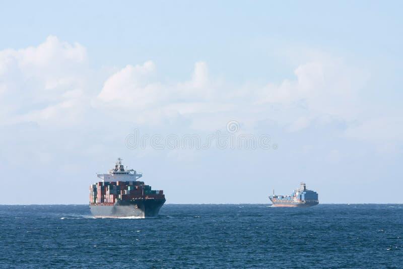 De vrachtschepen die van de container op zee overgaan stock foto's