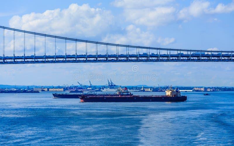 De vrachtschepen onder verrazano-versmalt stock foto's