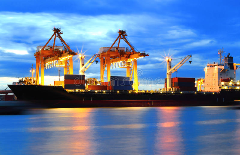 De vrachtschip van de Lading van de container met het werken royalty-vrije stock foto's