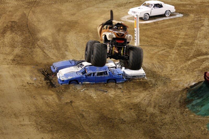 De vrachtwagen die van de Straathond van het monster een sprong maakt stock fotografie