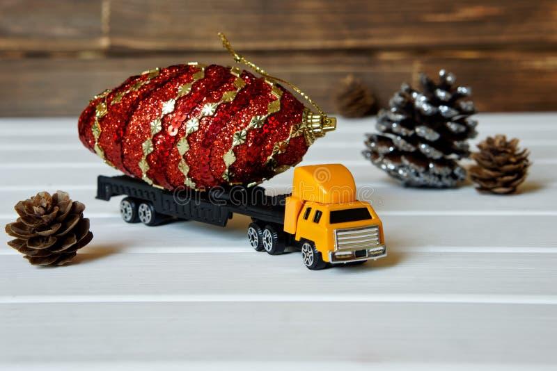 De vrachtwagen draagt een magische buil voor een kinderen` s Nieuwjaar stock afbeelding
