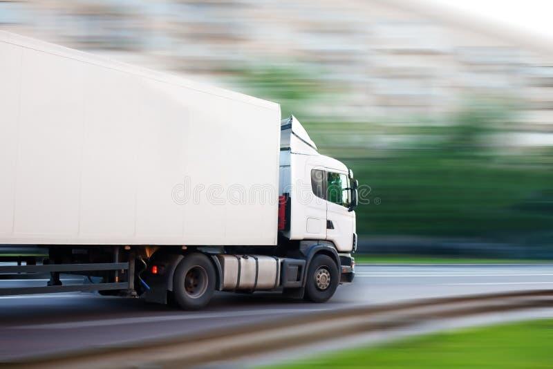 De vrachtwagen gaat op de stadsstraat royalty-vrije stock afbeeldingen