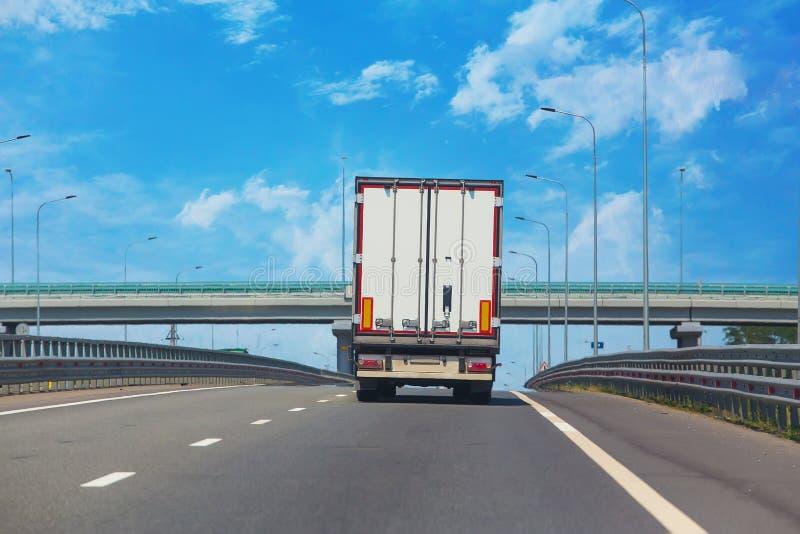 De vrachtwagen gaat op een resultaat royalty-vrije stock afbeelding