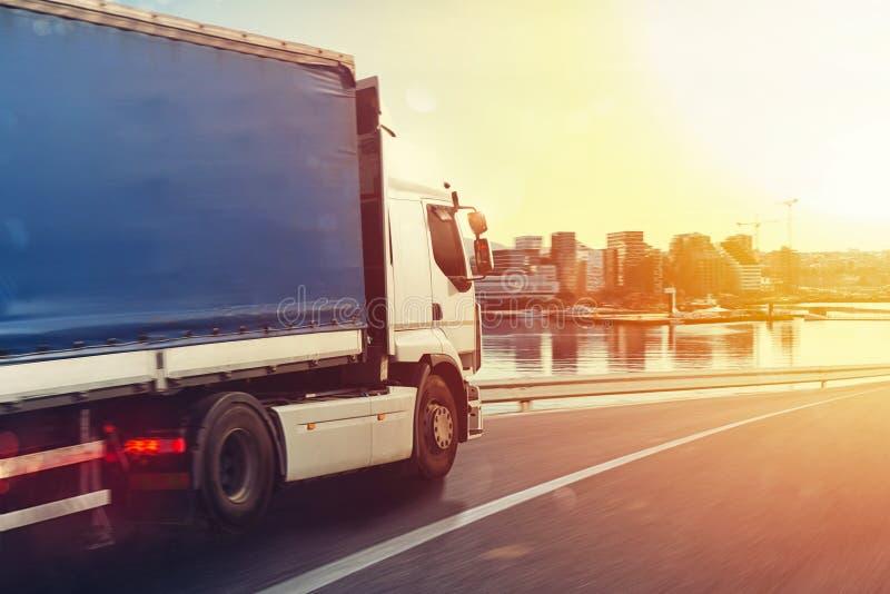 De vrachtwagen loopt snel op de te leveren weg stock afbeelding