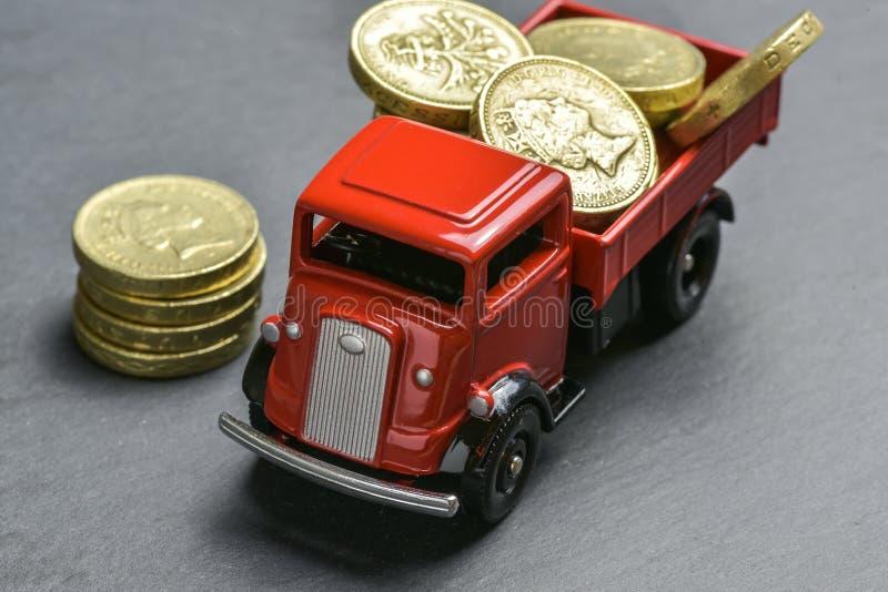De vrachtwagen met geld royalty-vrije stock afbeelding