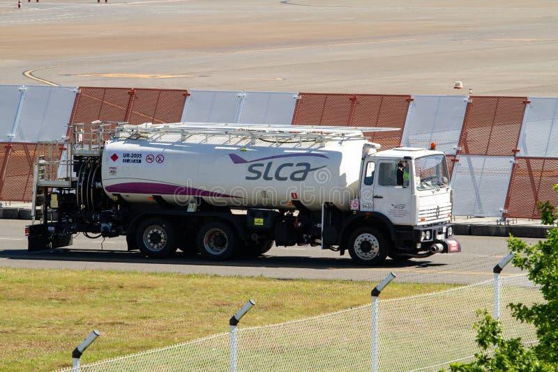 De vrachtwagen van de brandstoftanker voor vliegtuig op luchthavensteeg stock foto