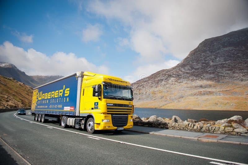 De vrachtwagen van DAF XF op een weg royalty-vrije stock afbeeldingen