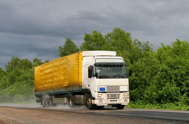 De vrachtwagen van de aanhangwagen stock afbeeldingen