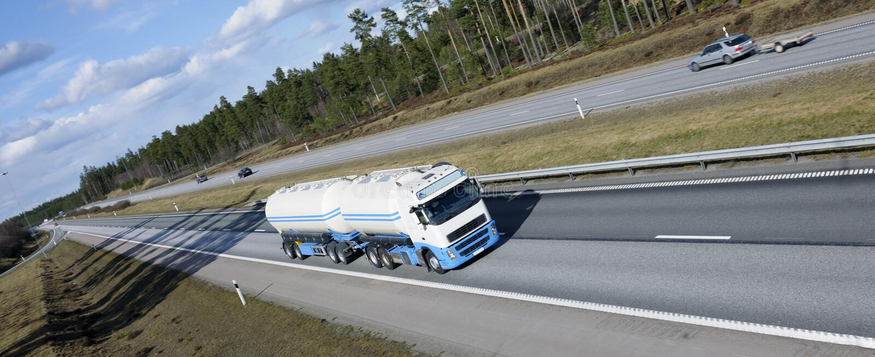 De vrachtwagen van de brandstof in beweging royalty-vrije stock foto's