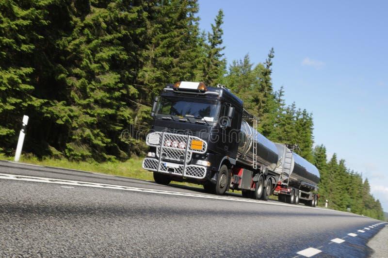 De vrachtwagen van de brandstof in beweging royalty-vrije stock afbeeldingen
