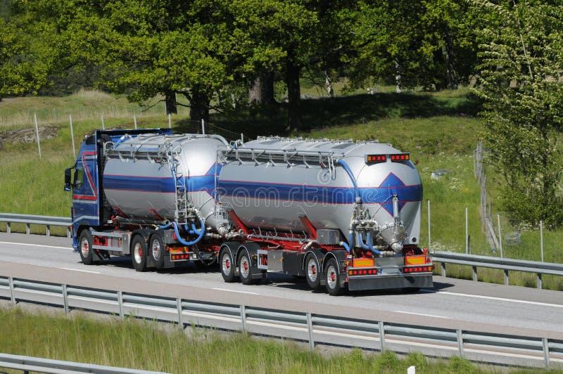 De vrachtwagen van de brandstof in beweging stock fotografie