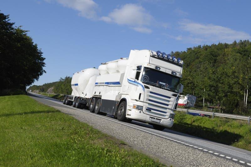 De vrachtwagen van de brandstof in beweging royalty-vrije stock afbeelding
