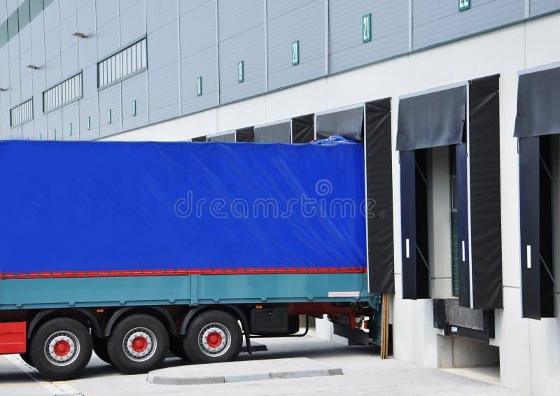 De vrachtwagen van de levering bij pakhuis stock foto