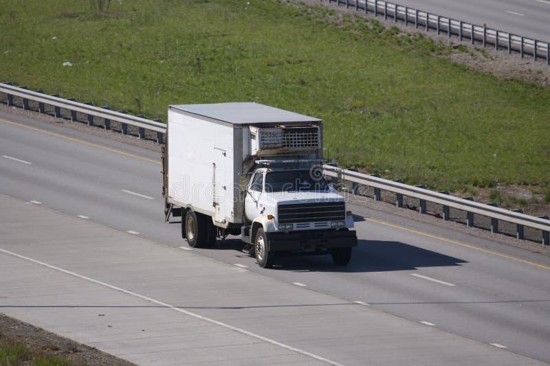 De Vrachtwagen van de Levering van het voedsel op de Weg royalty-vrije stock afbeeldingen