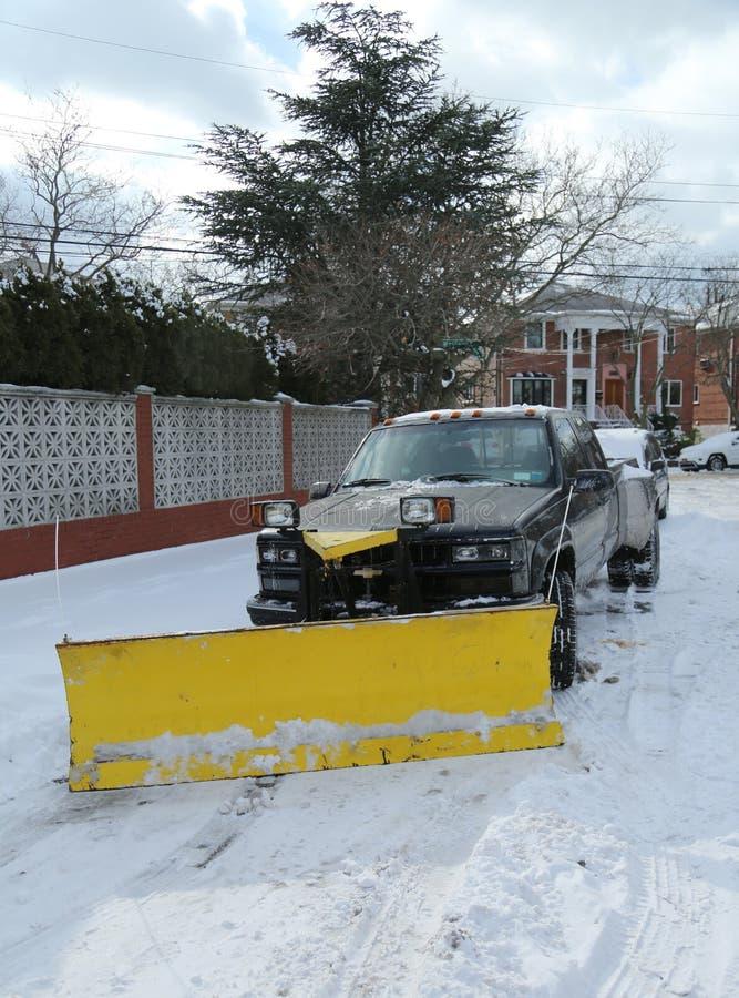 De vrachtwagen van de sneeuwploeg in Brooklyn, NY klaar om straten na massief de Winteronweer Helen schoon te maken slaat Noordoo stock afbeelding