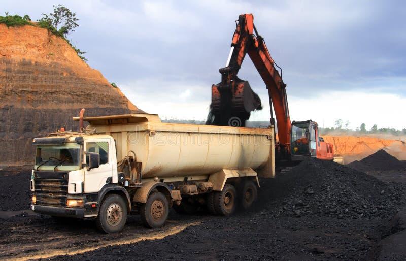 De vrachtwagen van de stortplaats bij mijnbouwplaats royalty-vrije stock afbeelding
