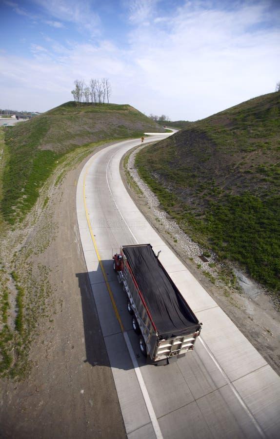 De Vrachtwagen van de stortplaats op de Weg royalty-vrije stock afbeelding